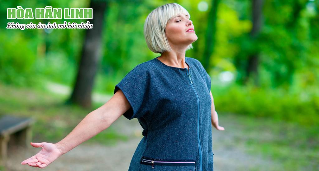 Hít thở sâu là cách đơn giản nhất để giảm mồ hôi và bốc hỏa